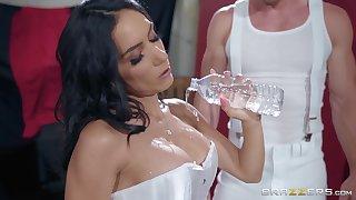 Fit sporty Latina Tia Cyrus gets a facial in pantyhose